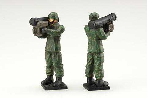 01式軽MATの射撃姿勢をとる隊員